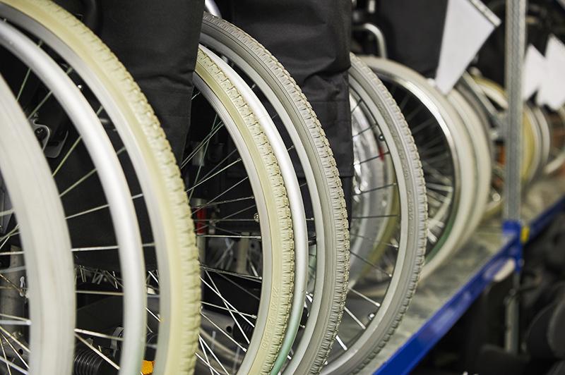 Rehatechnik in Bremen: Detailaufnahme von Rollstuhlrädern beim Sanitätshaus Medisan